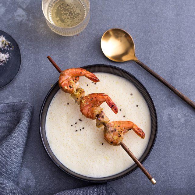 Fotoshooting Pastinakenschaumsuppe mit Garnelenspieß und Birne
