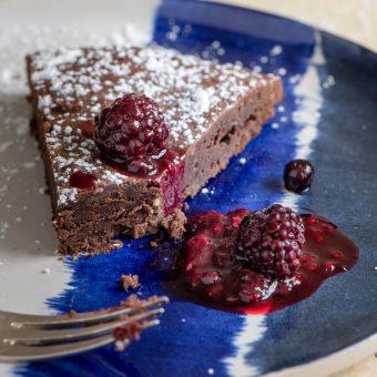 Fotoshooting Schokoladenkuchen mit Waldbeerkompott
